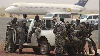 Soldaten warten am Flughafen in Bamako, Mali