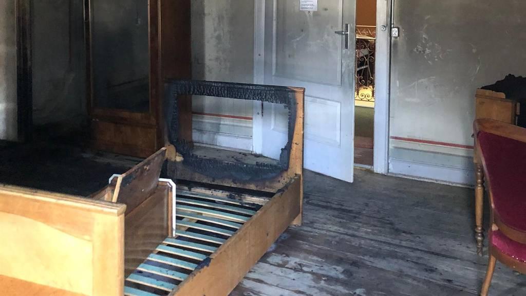 Brand in geschlossenem Hotel – Polizei sucht Zeugen