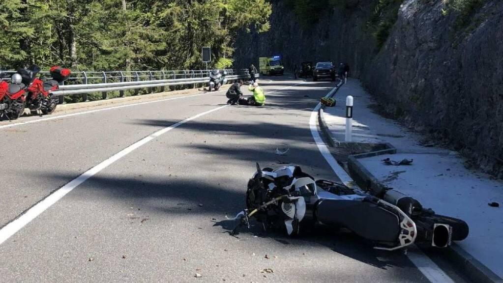 Drei Motorradfahrer haben sich am Sonntag bei einem Verkehrunfall auf der Jaunpass-Strasse verletzt.
