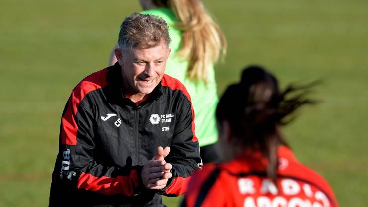 FC-Aarau-Trainer Charly Grütter gibt seinen Frauen die letzen Anweisungen und Anfeuerungen mit auf das Feld.