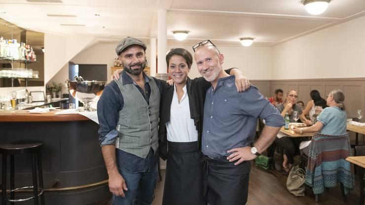 Sandro Scarabelli, Sara Grigis und Walter Farsaci (v.l.) empfangen seit Anfang Monat Gäste im «Grossen Alexander».