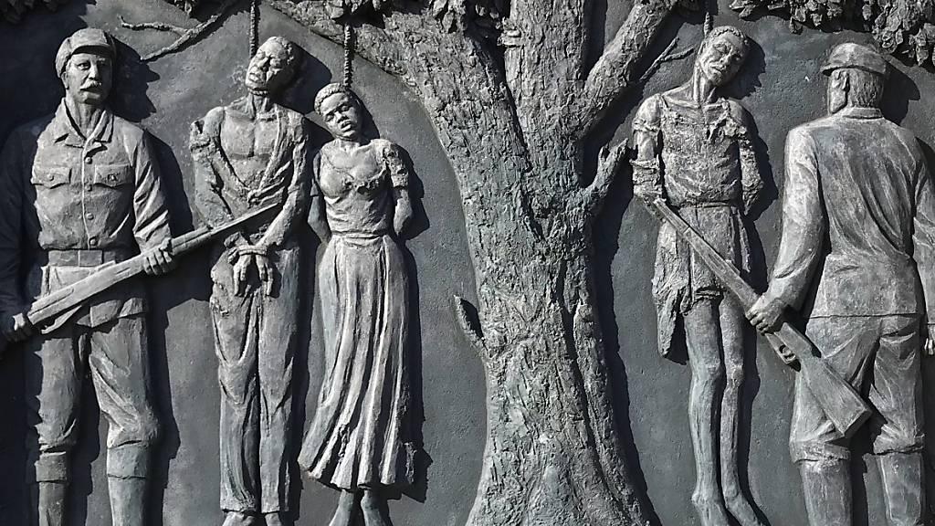ARCHIV - Ein Denkmal erinnert in der namibischen Hauptstadt Windhuk an den von deutschen Kolonialtruppen begangenen Völkermord an den Herero und Nama von 1904 bis 1907. Foto: Jürgen Bätz/dpa
