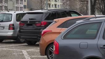 Die Zahl der öffentlichen Parkplätze wie hier in der Rötzmatt wird trotz Mobilitätsplan nicht reduziert, beteuert der Stadtrat.