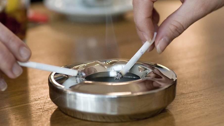 Werbung für Zigaretten könnte künftig in der Schweiz verboten sein. Die Bevökerung wäre damit laut einer Befragung einverstanden.