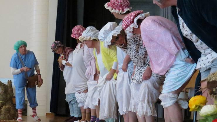 Von einigen Landfrauen wurde vorgeführt, wie sich Sparmassnahmen in Altersheim auswirken können.