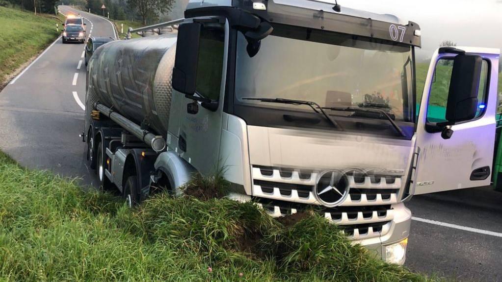 Ein Lastwagen ist zwischen Mosen und Schwarzenbach von der Strasse abgekommen.