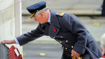 Der britische Thronfolger Prinz Charles legt einen Kranz am Denkmal für die gefallenen Soldaten nieder.