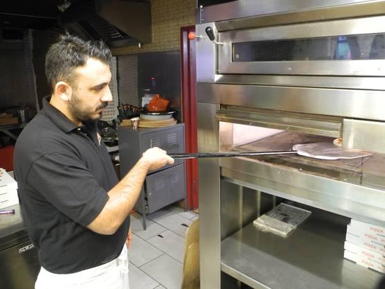Besitzer Ali Oerde ist in der Küche für die Pizzaproduktion zuständig.