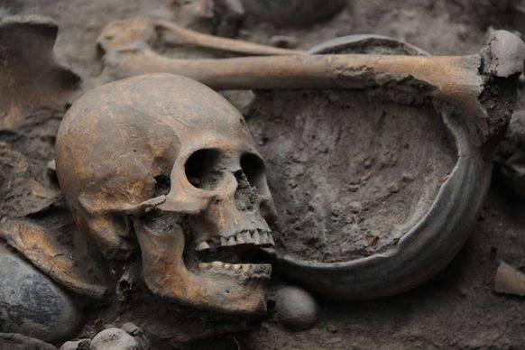 Neben den Knochen befanden sich auch Gegenstände wie Schüsseln aus Ton im Grab.