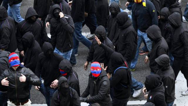 Fussballfans vor dem Stadion in Basel