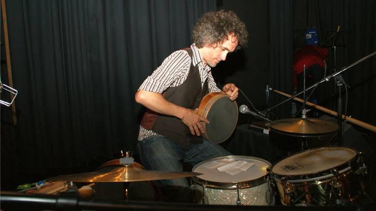 Neben den üblichen Schlagzeuginstrumenten benutzte Mathias Künzli für seine Improvisation auch Handtrommeln.