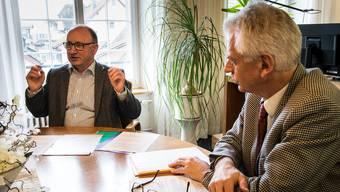 Hans Peter Bäni, Leiter Finanzen und Controlling (links), und Stadtammann Raymond Tellenbach präsentieren die Jahresrechnung.
