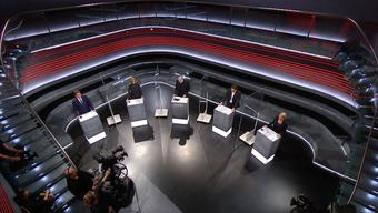 Auch im Studio 8 im Leutschenbach wurden weitere Sicherheitsmassnahmen getroffen: Neu werden die Gäste zusätzlich durch Plexiglasscheiben getrennt.