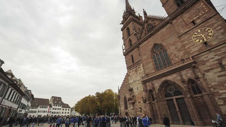 Der Marsch mit rund 2000 Fans beginnt auf dem Basler Münsterplatz.