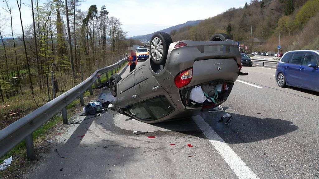 Ein Lenker war in das Heck des vorausfahrenden Autos gefahren. Anschliessend kollidierte sein Fahrzeug mit der Leitplanke und überschlug sich. Fünf Personen mussten leicht verletzt zur Kontrolle ins Spital.