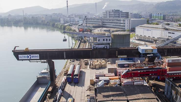 Der Schweizer Aussenhandel hat sich verhalten entwickelt: Der Rheinhafen bei Muttenz (Archivbild).