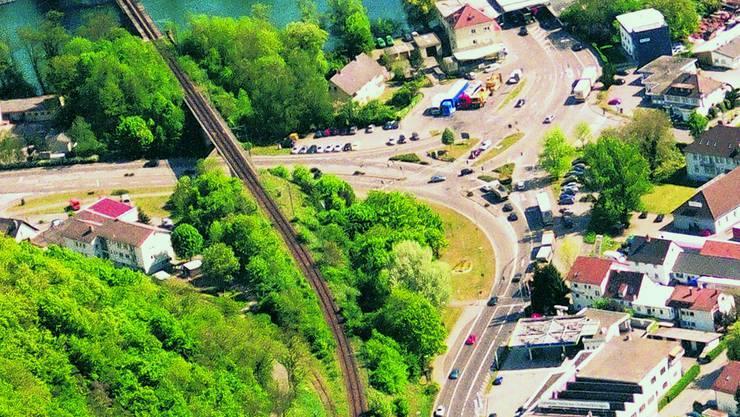 Problemzone Zoll: Rechts unten das Areal, auf dem ein Kreisel geplant ist. Die Strasse Richtung Lonza-Areal am linken Bildrand soll auf drei Spuren ausgebaut werden, damit der Verkehr Richtung Waldshut flüssiger rollt. Luftaufnahme: Wiesmann