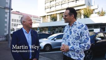Martin Wey gibt Dominic Deville eine Stadtführung durch Olten
