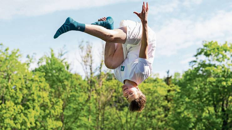 Ein Kürzest-Training auf dem Trampolin bei sich zu Hause. David Hablützel zeigt dem Fotografen einige Saltos – und trägt seine eigenen Socken.