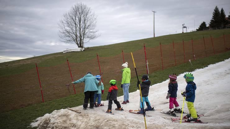 Kleine Skifahrer am Kinderskilift Bischofsberg AR auf 900 Metern über Meer.