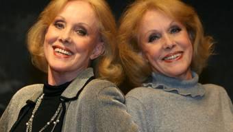 Die deutschen Tänzerinnen und Sängerinnen Alice (l.) und Ellen Kessler erinnern sich mit 80 gern daran, wie beliebt sie in den 60er Jahren auch in Italien waren. (Archivbild 2006)