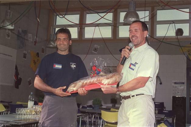 Martin Conrad (r.) übergibt Patrick Schaffner den Schlüssel.