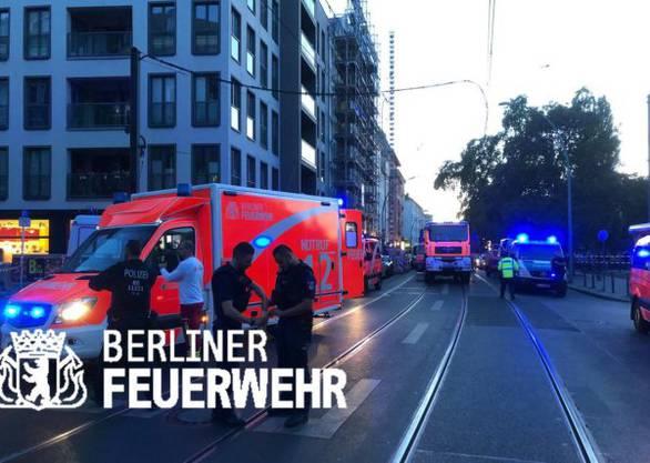 Bei einem Verkehrsunfall in Berlin-Mitte sind am Freitagabend vier Personen ums Leben gekommen, darunter ein Baby. (Bild: Feuerwehr Berlin)