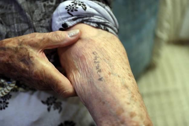 Die Auschwitz-Überlebende Cyrla Gewertz zeigt ihre Häftlingsnummer, die sie im Lager erhalten hat. Gewertz hatte mehrmals persönlich mit Mengele zu tun.