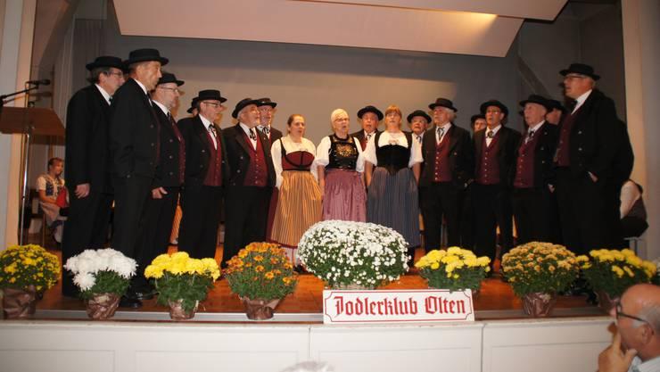 Der Jodlerklub Olten unter der Leitung ihrer Dirigentin Ursula Oegerli (Mitte) und ihres Präsidenten Roland Rötheli (rechts aussen) anlässlich eines Liedvortrages am Jodlerbend seines 99. Klubjahres im Josefsaal der Oltner Martinskirche.