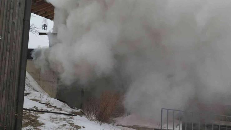 Als Brandursache stehe ein unachtsames Entsorgen von Asche aus einem Ofen im Vordergrund