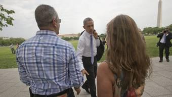 US-Präsident Barack Obama gönnt sich spontan einen Spaziergang und schwatzt mit Touristen.