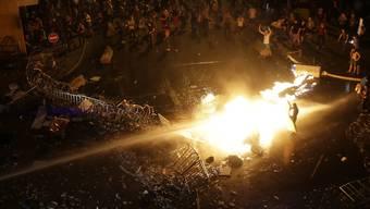 Protestierende setzen in Beirut ein Polizei-Motorrad in Brand