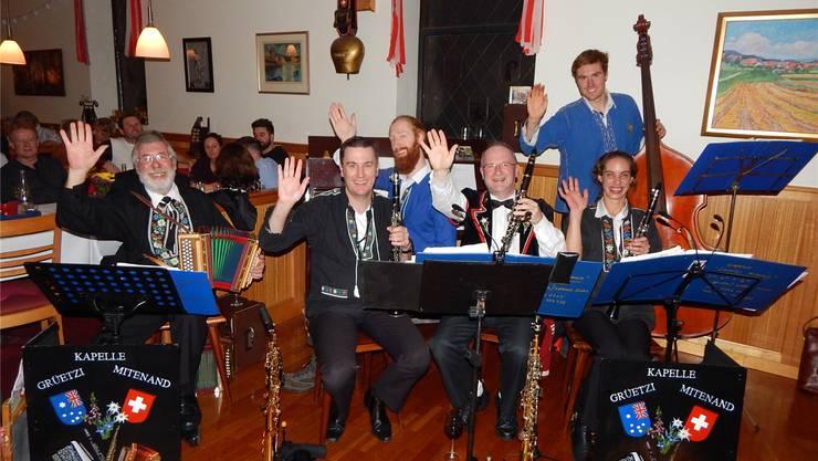 Chris Thalmann (l.) aus Frick lebt seit 1973 in Australien. Für einen Auftritt im Schweizer Fernsehen kommt er mit seiner Volksmusik-Kapelle zurück in die Heimat.