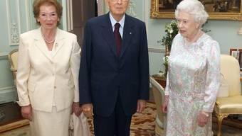 Kann Elizabeth II. ihren Gästen (hier Italiens Präsident Napolitano und Frau) noch Einen ausgeben?