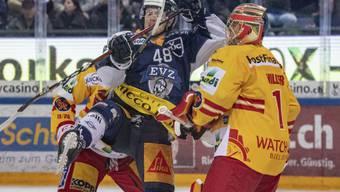 Carl Klingberg (links) vom EV Zug gegen Biels Goalie Jonas Hiller
