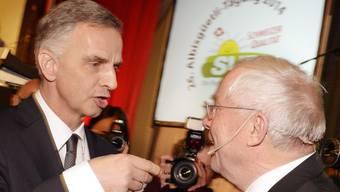 «Ich denke nicht mal an einen EU-Beitritt» sagte Bundespräsident Didier Burhalter (links) an der Albisgüetli-Tagung der Zürcher SVP. Rechts SVP-Nationalrat Christoph Blocher.