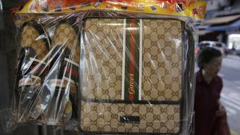 Begehrte Attrappen: Ein Unternehmen in Hongkong verkauft Schuhe und Taschen der italienischen Luxusmarke Gucci aus Papier, die für Beerdigungsrituale gebraucht werden.