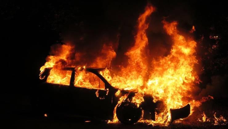 Kurz vor 23 Uhr, geriet auf der Sissacherstrasse in Wintersingen ein Auto in Brand.