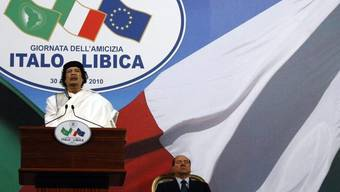 Berlusconi während Gaddafis Rede in Rom