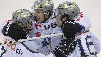 Damien Brunner (Mitte) feierte seinen zweiten NLA-Hattrick