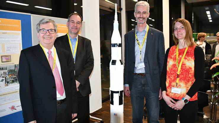 Zum Feiern aufgelegt (von links): Von links: André Csillaghy, Andreas Werthmüller, Jürg Christener und Marina Battaglia. In der Mitte steht ein Modell der Rakete Saturn V. Solar Orbiter fliegt mit Atlas V ins Weltall.
