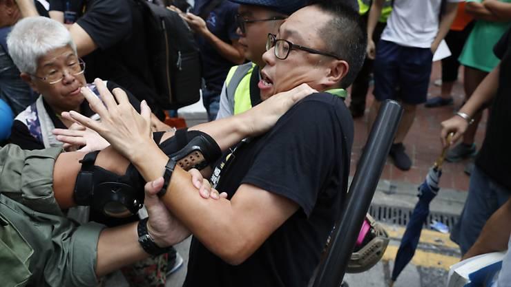 Polizei und Demonstranten geraten in Hongkong erneut aneinander.