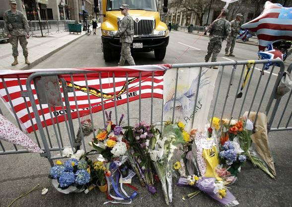 Angehörige und Freunde der Opfer legten Blumen nieder. Über die Täter weiss die Polizei immer noch nichts.