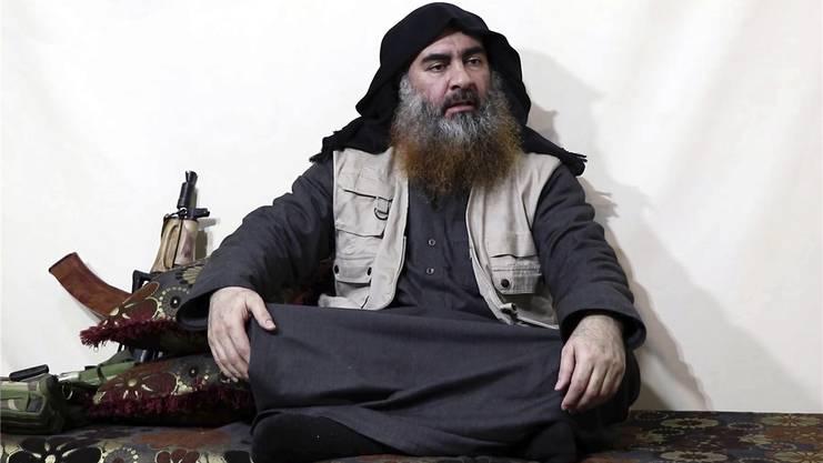 Es gibt nur zwei Fotos von Abu Bakr Al-Baghdadi, beide sind Screenshots aus Videos. Dieses hier stammt vom Frühjahr 2019, als er sich erneut an seine Anhänger wandte.