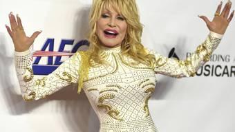 ARCHIV - Sängerin Dolly Parton kommt zur Auszeichnung der «Person des Jahres» der MusiCares Foundation. Foto: Jordan Strauss/Invision/AP/dpa