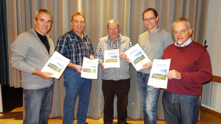 Der Vorstand des Vereins Pro Burg in Wölflinswil mit handfesten Argumenten gegen den Windpark Burg.