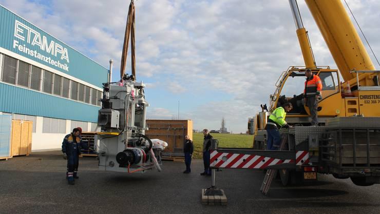 Ein Pneukran lädt das über 20 Tonnen schwere Herzstück der Feinschneidpresse aus