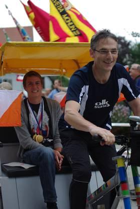 Matthias Kyburz wird mit der Rikscha gefahren.