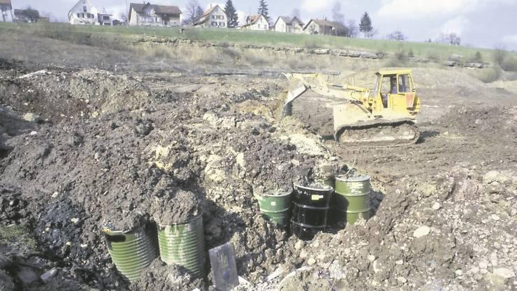 Die Mülldeponie im ersten Jahr Giftfässer werden mit Kehrichtschlacke und teilweise verseuchter Erde zugedeckt und oft zerdrückt