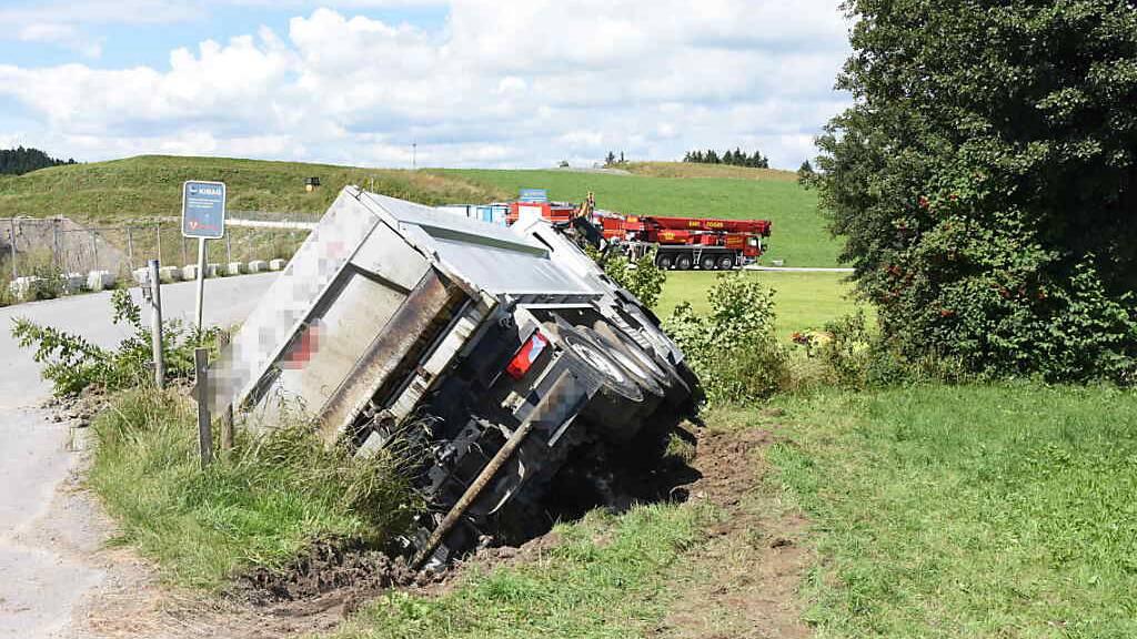 Der 44-jährige Fahrer konnte den umgekippten Lastwagen unverletzt verlassen.